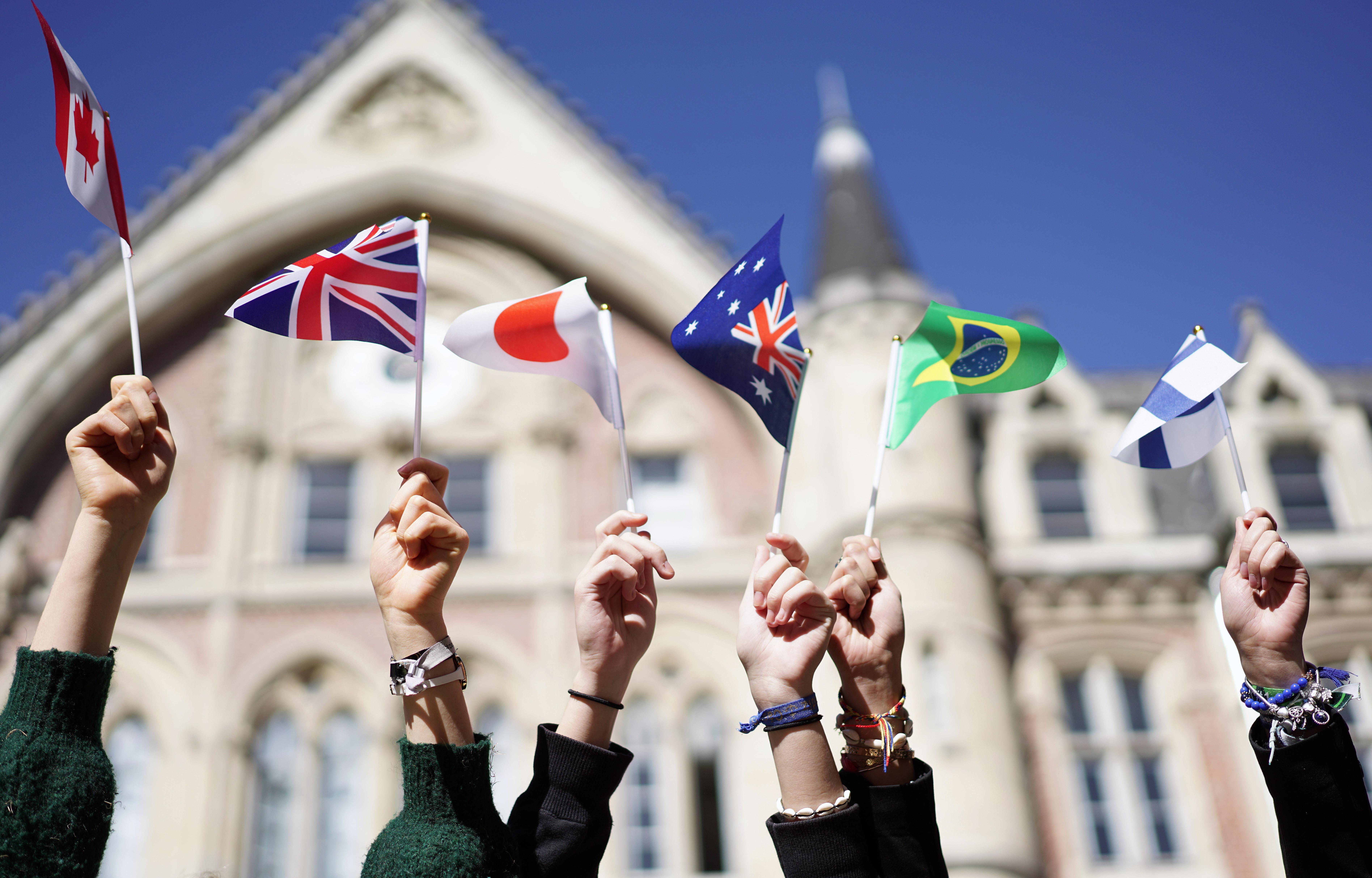 les etudiants internationaux accueillis devant l Hotel Academique