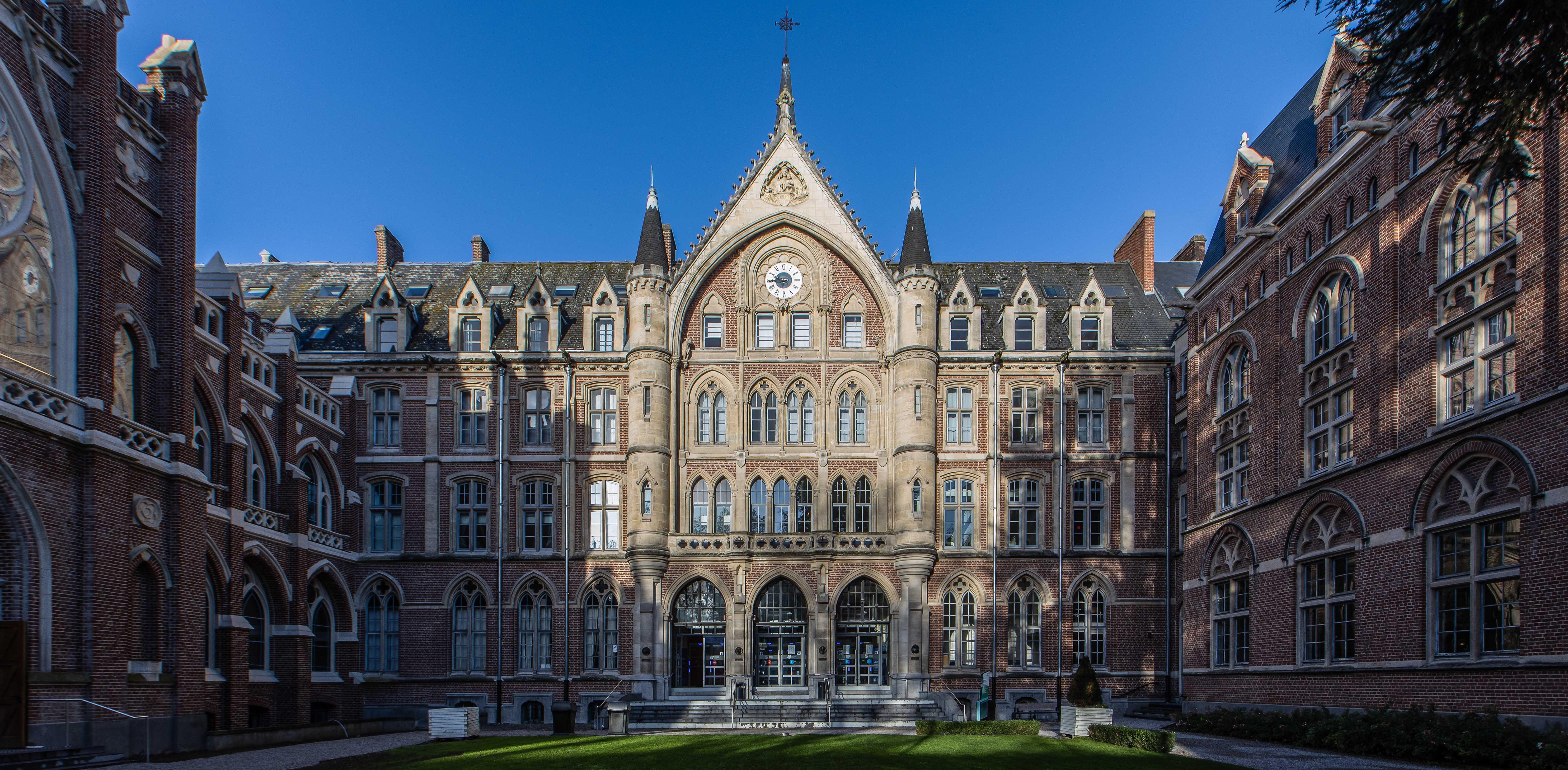 cour d'honneur de l'Université Catholique de Lille
