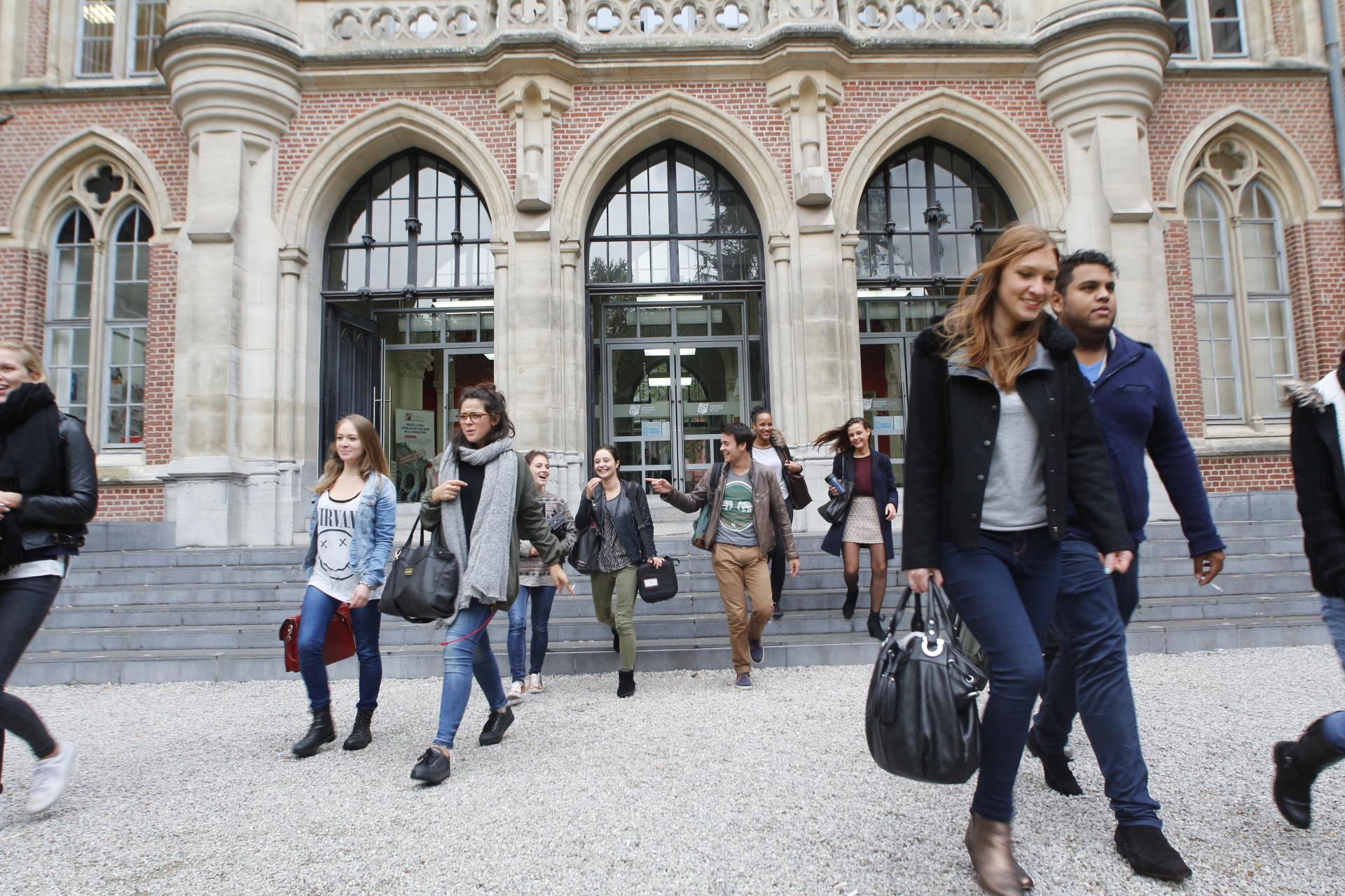Etudiants sortant de l'hôtel académique de l'Université Catholique de Lille