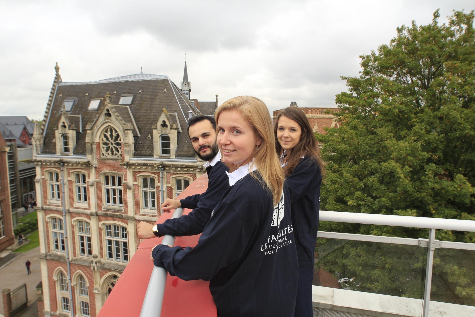 Photo d'étudiants en polo sur le toit de la Catho - Les Facultés de l'Université Catholique de Lille