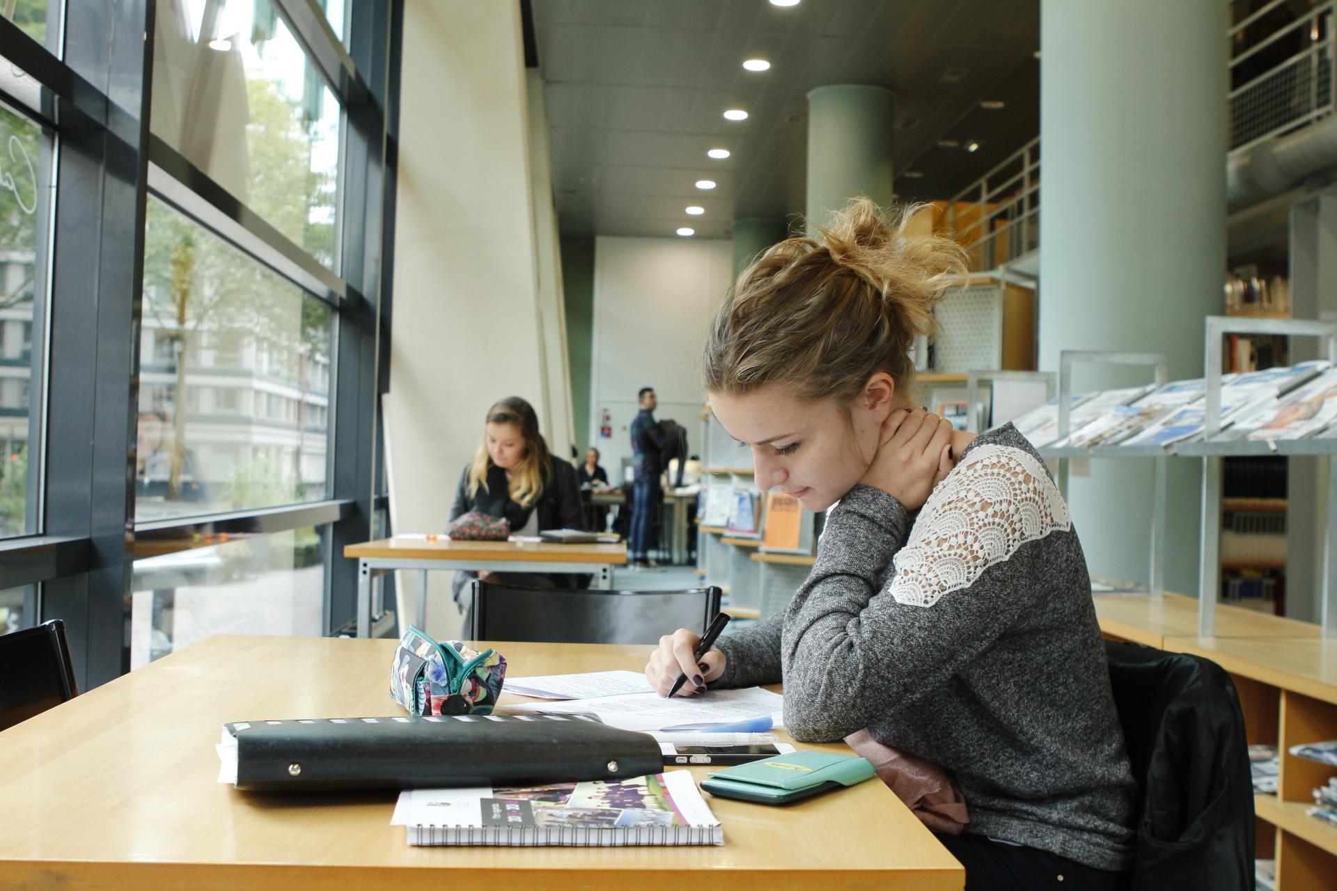 Photo d'étudiants à la Bibliothèque Universitaire - Les Facultés de l'Université Catholique de Lille